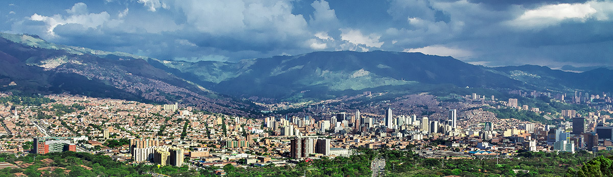 For the Colombian city of Medellín and the Valle de Aburrá most months high relative humidity, clouds, and thick air and the days with clear skies and high visibility are rare.  Photo: Rodrigo Pelaez.