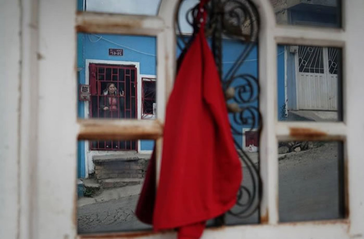 As part of the demonstrations, people of several cities have hung a red cloth on their windows or doors requesting help. Photo: Nathalia Angarita.